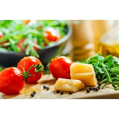 Ruccola saláta koktélparadicsommal és parmezán forgáccsal